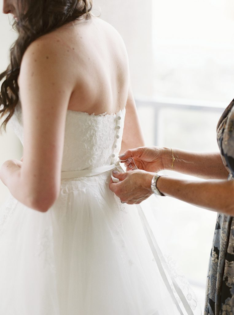 The must have photos on your wedding day: putting your dress on