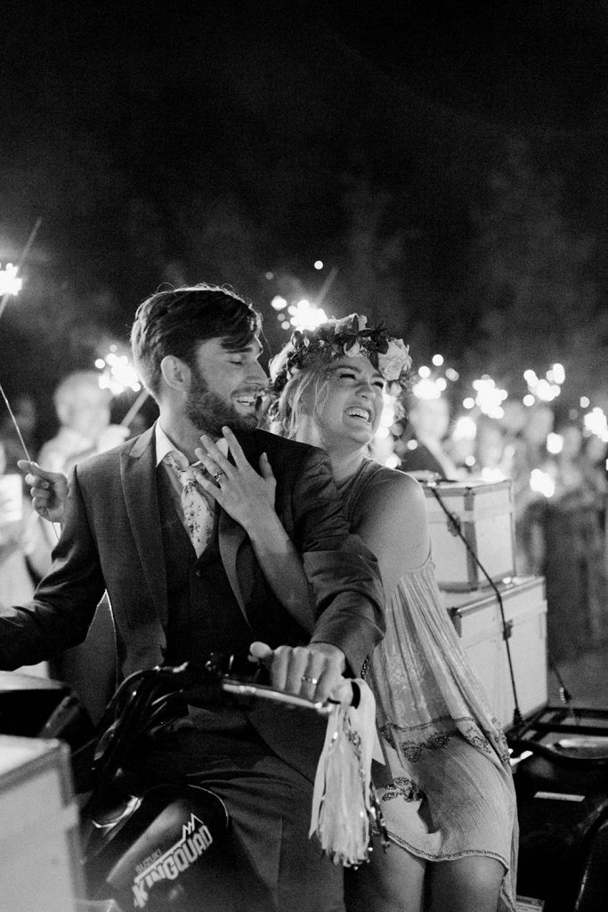 The must have photos on your wedding day: bride and groom send off